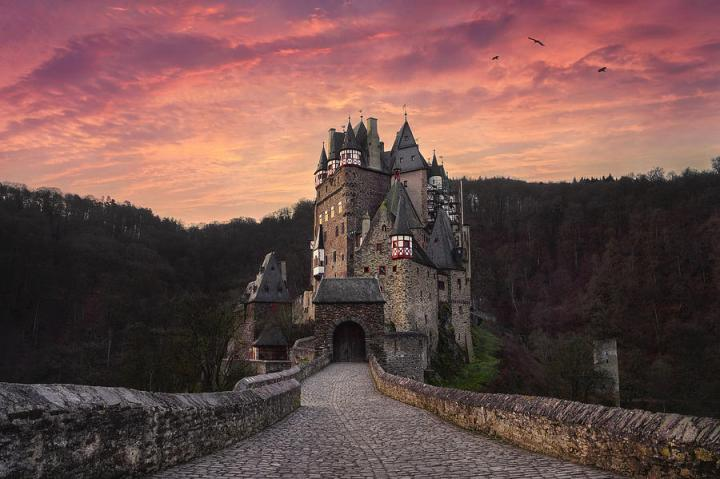 burg-eltz-at-sunrise-martin-podt